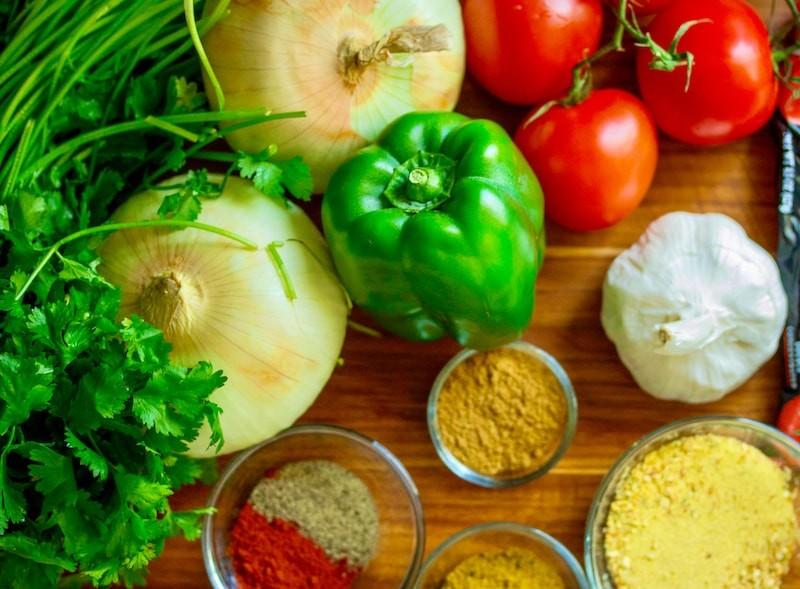 Arten von bulgarischen Gewürzen 2 Grüne Gewürze gelten als alles, was Teil des oberirdischen Teils der Pflanze ist und im frischen Zustand verzehrt werden kann.
