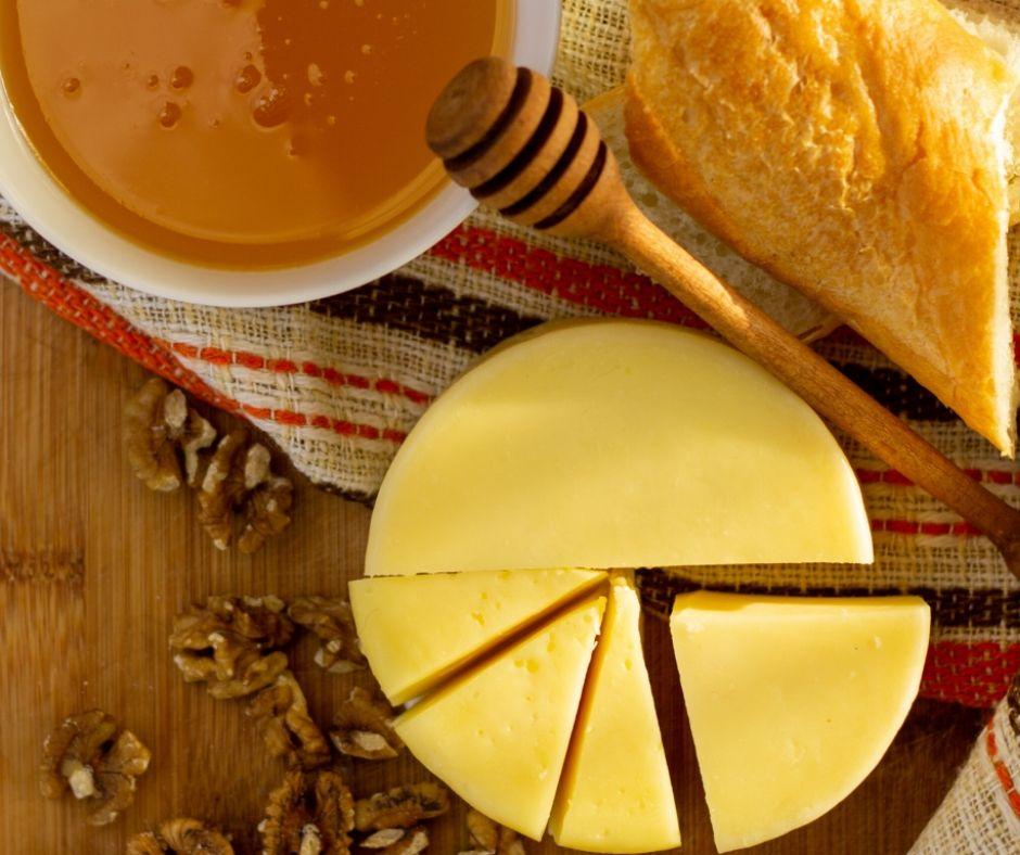 Der bulgarische Schafskäse hat eine lange Tradition in Bulgarien und auch in den benachbarten Ländern. Auf dem Balkan wird diese Art von Schafskäse seit Jahrhunderten hergestellt.