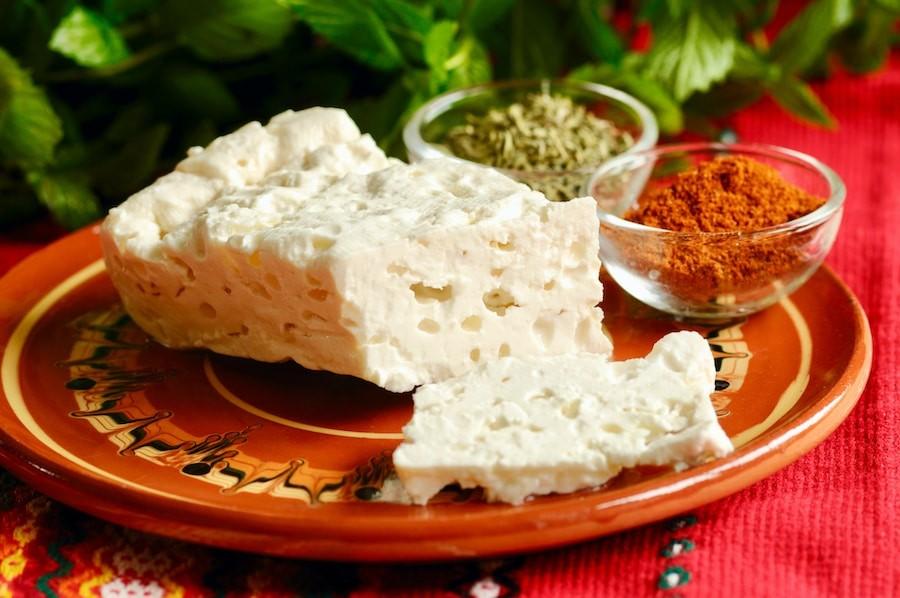 Bulgarischer Schafskäse 2 Dеr berühmteste bulgarischer Käse ist der bulgarische Schafskäse, der das Bakterium Lactobacillus Bulgaricus enthält, der NUR in Bulgarien auf natürliche Art und Weise lebt und wird nicht künstlich hergestellt.