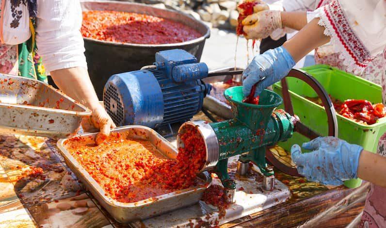 Ljutenica 3 Zubereitung von Ljutenica Ab Mitte August jedes Jahr duftet Bulgarien nach gerösteten Paprika.