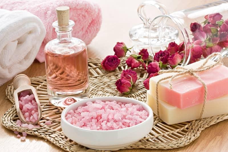 bulgarische Rose 5 Hier kommt das Öl und das Hydrolatwasser der Damaszener-Rose für die Gesichts-, Körper- und Haarpflege perfekt passend zum Einsatz.